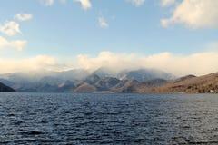 Θάλασσα με Mountines Στοκ Φωτογραφία