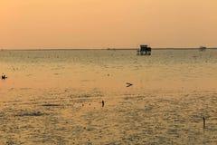Θάλασσα, ουρανός και ξύλινο σπίτι στοκ φωτογραφία με δικαίωμα ελεύθερης χρήσης