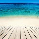 θάλασσα παραλιών τροπική Μπλε θαλάσσιο νερό και ξύλινο πεζούλι Summe Στοκ Εικόνα