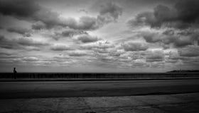 Θάλασσα, δρόμος και περιπατητής Στοκ Εικόνες