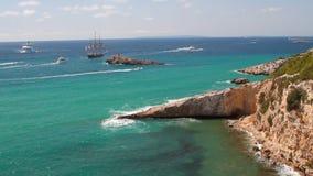 Θάλασσα, σκάφη και ακτή Ibiza, Ισπανία απόθεμα βίντεο