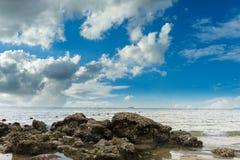 Θάλασσα στη νεφελώδη ημέρα Στοκ φωτογραφία με δικαίωμα ελεύθερης χρήσης