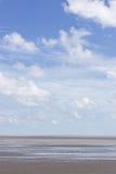 Θάλασσα στο μπλε ουρανό Στοκ Εικόνες