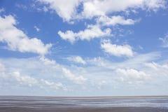 Θάλασσα στο μπλε ουρανό Στοκ εικόνες με δικαίωμα ελεύθερης χρήσης