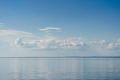 Θάλασσα στο υπόβαθρο μπλε ουρανού Στοκ φωτογραφία με δικαίωμα ελεύθερης χρήσης