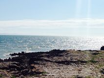 Θάλασσα του Bridgend πυροβοληθείσα ηλιόλουστη ημέρα Στοκ Εικόνες
