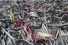 Θάλασσα των ποδηλάτων που σταθμεύουν στο κεντρικό Μόναχο στοκ εικόνες με δικαίωμα ελεύθερης χρήσης