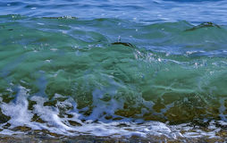 Θάλασσα/ωκεάνιο σπάσιμο κυμάτων στην παραλία Στοκ Εικόνες