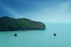 Θάλασσα Beuatiful με τη βάρκα δύο στην Ταϊλάνδη Στοκ εικόνα με δικαίωμα ελεύθερης χρήσης