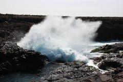 Θάλασσα bounch στον απότομο βράχο Στοκ φωτογραφία με δικαίωμα ελεύθερης χρήσης