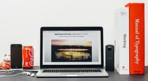 Θέατρο του Στηβ Τζομπς στο lap-top της Apple MacBook Pro Στοκ Φωτογραφία