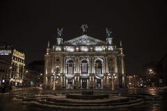 Θέατρο Lviv της νύχτας τον Ιανουάριο του 2017 της Ουκρανίας Architectura οπερών και μπαλέτου Στοκ Εικόνα