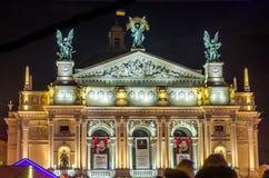 Θέατρο Lviv της νύχτας Krushelnytska οπερών και μπαλέτου που φωτίζεται από τους προβολείς και τα χρωματισμένα φω'τα Στοκ Εικόνες