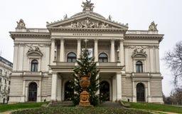 Θέατρο Mahen στο Μπρνο κατά τη διάρκεια την προηγούμενη μέρα των Χριστουγέννων, μπροστινή άποψη Στοκ Εικόνα