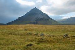 Θέα βουνού από Arnarstapi Στοκ Εικόνα