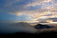 Θέα βουνού γύρω από την ομίχλη Στοκ Εικόνες