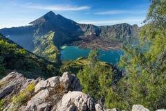 Θέα βουνού ηφαιστείων Rinjani από τον κρατήρα Senaru, νησί Lombok, Στοκ Εικόνα