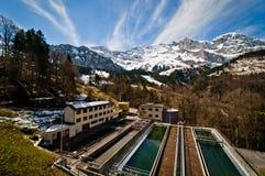 Θέα βουνού και εργοστάσιο επεξεργασίας απόβλητου ύδατος στοκ εικόνα με δικαίωμα ελεύθερης χρήσης