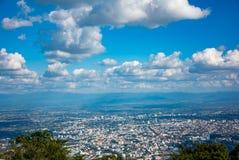 Θέα βουνού με νεφελώδη και το μπλε ουρανό στοκ εικόνα