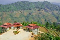 Θέα βουνού με τα σπίτια παραδοσιακού κινέζικου Στοκ Εικόνες