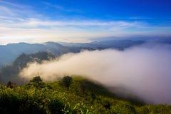 Θέα βουνού με το ομιχλώδες περιβάλλον στοκ εικόνα με δικαίωμα ελεύθερης χρήσης