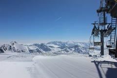 Θέα βουνού με το φρέσκους ίχνος και τον ανελκυστήρα Στοκ φωτογραφία με δικαίωμα ελεύθερης χρήσης