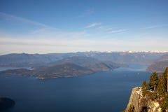 Θέα βουνού που αγνοεί τον ωκεανό και τα νησιά από το Βανκούβερ, Καναδάς στοκ φωτογραφία