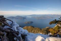 Θέα βουνού που αγνοεί τον ωκεανό και τα νησιά από το Βανκούβερ, Καναδάς στοκ φωτογραφίες