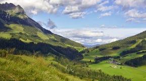 Θέα βουνού σε μια κοιλάδα στην Αυστρία Στοκ Εικόνες