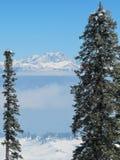 Θέα βουνού στην κοιλάδα και την αιχμή Himalayan Nanga Parbat στοκ εικόνες με δικαίωμα ελεύθερης χρήσης