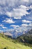 Θέα βουνού του Canadian Rockies με το μεγάλο σμαραγδένιο μπλε, μερικώς νεφελώδη ουρανό Στοκ φωτογραφία με δικαίωμα ελεύθερης χρήσης