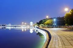 Θέα νύχτας Longzhouchi (λίμνη βαρκών δράκων), κωμόπολη jimei, amoy πόλη, Κίνα Στοκ Εικόνες