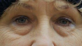 Θέα της ηλικιωμένης γυναίκας απόθεμα βίντεο