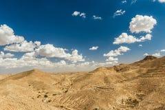 Θέες βουνού στην έρημο Τουρίστες πάνω από έναν λόφο Τυνησία Στοκ Φωτογραφίες