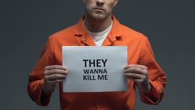 Θέλουν να με σκοτώσουν φράση στο χαρτόνι στα χέρια του καυκάσιου φυλακισμένου, φόβος φιλμ μικρού μήκους