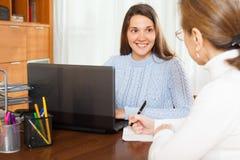 Θέματα απάντησης γυναικών του υπαλλήλου στοκ εικόνες με δικαίωμα ελεύθερης χρήσης