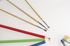 Θέματα για τη δημιουργικότητα: μολύβια, βούρτσες και κρητιδογραφίες Στοκ φωτογραφίες με δικαίωμα ελεύθερης χρήσης