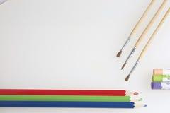 Θέματα για τη δημιουργικότητα: μολύβια, βούρτσες και κρητιδογραφίες Στοκ εικόνες με δικαίωμα ελεύθερης χρήσης