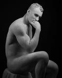 Θέμα αγαλμάτων και makeup σωμάτων: το διογκωμένο άτομο με τους μεγάλους μυς που χρωματίζονται στο άσπρο χρώμα είναι ραγισμένο σε  Στοκ Φωτογραφίες