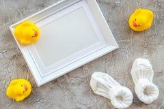 Θέμα για το ντους μωρών με τα παπούτσια και άσπρο διάστημα άποψης υποβάθρου πλαισίων γκρίζο τοπ για το κείμενο Στοκ Εικόνες