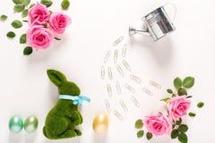 Θέμα Πάσχας με τα τριαντάφυλλα και το κουνέλι Στοκ φωτογραφία με δικαίωμα ελεύθερης χρήσης