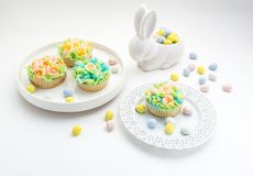 Θέμα Πάσχας που διακοσμείται cupcakes στο άσπρο υπόβαθρο με ένα λαγουδάκι Στοκ φωτογραφίες με δικαίωμα ελεύθερης χρήσης