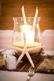 Θέμα παραλιών γαμήλιων νυφικό πινάκων με τα κηροπήγια Στοκ Εικόνες