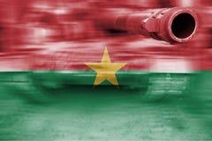 Θέμα στρατιωτικής δύναμης, δεξαμενή θαμπάδων κινήσεων με τη σημαία της Μπουρκίνα Φάσο Στοκ φωτογραφία με δικαίωμα ελεύθερης χρήσης