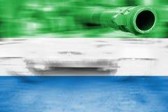 Θέμα στρατιωτικής δύναμης, δεξαμενή θαμπάδων κινήσεων με τη σημαία του Sierra Leone Στοκ Φωτογραφίες