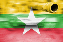 Θέμα στρατιωτικής δύναμης, δεξαμενή θαμπάδων κινήσεων με τη σημαία του Μιανμάρ Στοκ φωτογραφία με δικαίωμα ελεύθερης χρήσης