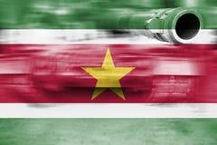 Θέμα στρατιωτικής δύναμης, δεξαμενή θαμπάδων κινήσεων με τη σημαία του Σουρινάμ Στοκ φωτογραφία με δικαίωμα ελεύθερης χρήσης