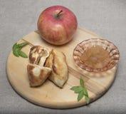 Θέμα της Apple Ώριμο μήλο, μαρμελάδα, πίτες με τη μαρμελάδα σε έναν τέμνοντες πίνακα και sackcloth Στοκ Εικόνα