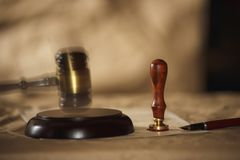 Θέμα υποβάθρου νόμου Μάνδρα πηγών και χειροποίητο έγγραφο η μάνδρα δικηγόρων νόμου συμβολαιογράφος η έννοια υποβάθρου κληρονομιών στοκ εικόνες