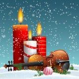 Θέμα Χριστουγέννων με το βιολί και τα καίγοντας κεριά στοκ εικόνες